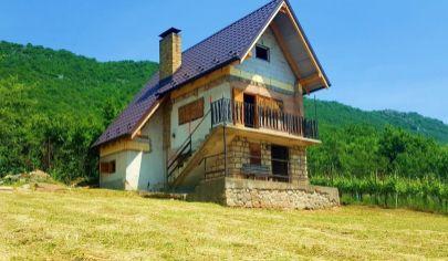 Murovaná 3-podlažná chata (90m2) s pekným pozemkom (12 árov) obklopená vinicami / Jablonov nad Turňou