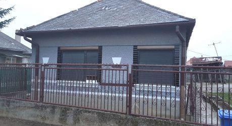 Ponúkame na predaj rodinný dom s veľkým pozemkom v obci Búč.