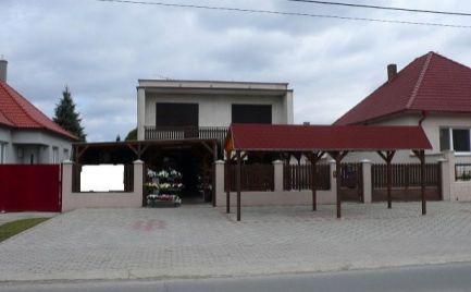 Rodinný dom s krásnym pozemkom a s obchodným priestorom