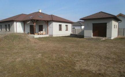 Ponúkame na predaj 3-ročnú novostavbu rodinného domu v Maďarskej Rajke s 10 árovým pozemkom za vynikajúcu cenu.