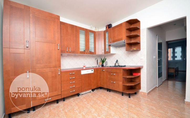 PREDANÉ - ŠEVČENKOVA, 4-i byt, 90 m2 - výťah, DVE LOGGIE, bezpečnostné dvere, VÝHĽAD NA HRAD, nepriechodné izby