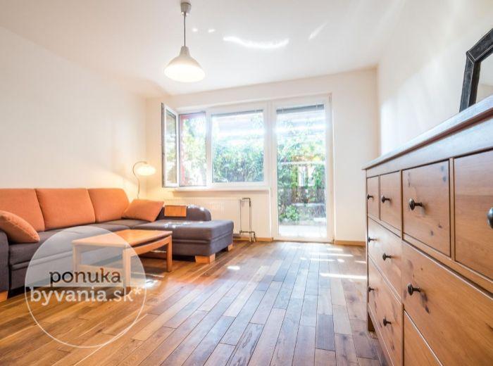 PREDANÉ - HRANIČNÁ, 2-i byt, 89 m2 – veľký BEZBARIÉROVÝ byt, rekonštruovaný, KRYTÁ TERASA, šatník, použité masívne drevo