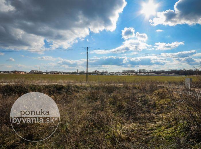 PREDANÉ - KALINKOVO, stavebný pozemok, 534 m2 - všetky IS NA POZEMKU, len 10 km od BA - pri hrádzi, možnosť IHNEĎ STAVAŤ