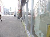 Presklený obchodny priestor s výkladom do ulice 105m2 na Obchodnej.
