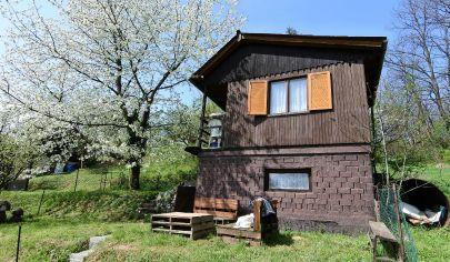 Exkluzívne iba v APEX reality - murovaná chatka v obci Ratnovce, pozemok 362 m2, 4 lôžka