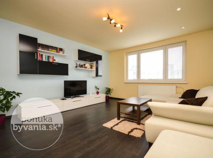 PREDANÉ - ŠEVČENKOVA, 3-i byt, 74 m2 - dobrá občianska vybavenosť, KOMPLETNE REKONŠTRUOVANÝ, príjemné okolie, kúsok od centra