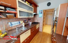 EXKLUZÍVNE IBA U NÁS Vám ponúkame na predaj 4-izbový byt v Trenčíne, časť Sihoť, ul.Žilinská o rozlohe 77 m2.