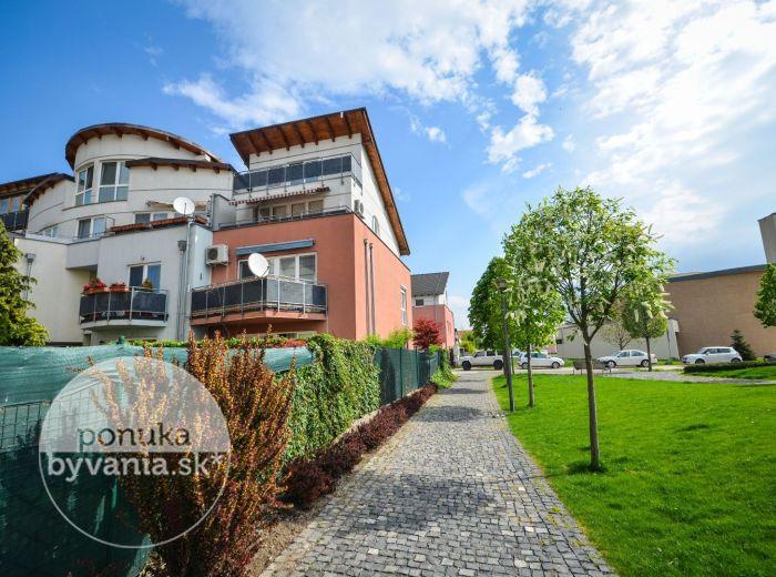 PREDANÉ - ZÁLESIE, 2-i byt, 69 m2 - terasa, NOVOSTAVBA, prostredie plné zelene, vlastné PARKOVACIE STÁTIE, tehla, takmer kompletne zariadený