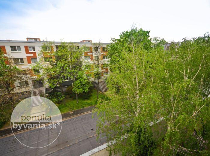 PREDANÉ - SLATINSKÁ, 4-i byt, 79 m2 - pivnica, loggia, vynovený bytový dom, VYTVORTE SI BÝVANIE PODĽA PREDSTÁV