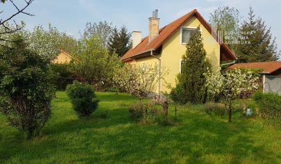PREDANÉ:  Rekreačná chata s garážou a pozemkom 570m2 v obci Horné Janíky, len 17km od Bratislavy