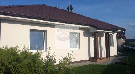 Krásny samostatne stojaci 4 izbový bungalov 85m2, s krytou terasou 13m2, so super upraveným pozemkom