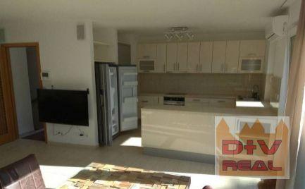 D+V real ponúka na prenájom: 5 izbový rodinný dom, Pezinská ulica, Bratislava III, Nové Mesto, časť Ahoj, zariadený, parkovanie, terasa