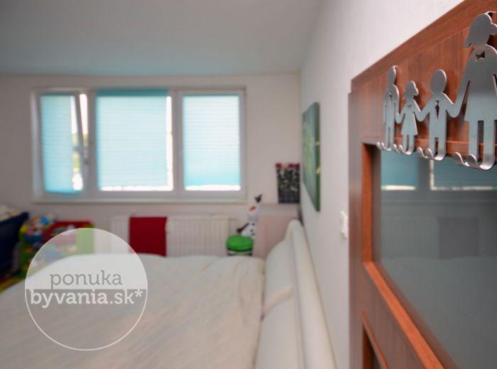 PREDANÉ - TOPOĽČIANSKA, 1-i byt, 36 m2 - VEĽKÁ KUCHYŇA, zateplený bytový dom, výhľad na les, ideálna investícia