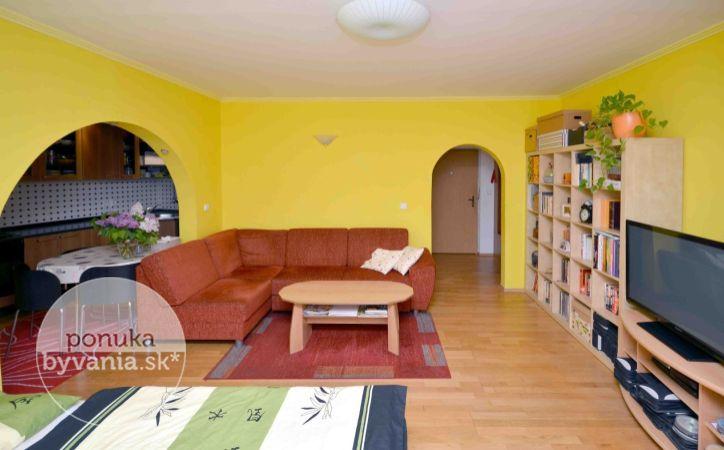 PREDANÉ - JÁNA STANISLAVA, 2-i byt, 63 m2 - ZREKONŠTRUOVANÝ BYTOVÝ DOM, nízke náklady, loggia a až 110 m2 veľká PREDZÁHRADKA
