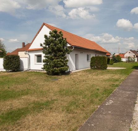 EXKLUZÍVNE - Sympatický rodinný dom na rozľahlom pozemku - vhodný aj ako chalupa - len 50min. z centra BA