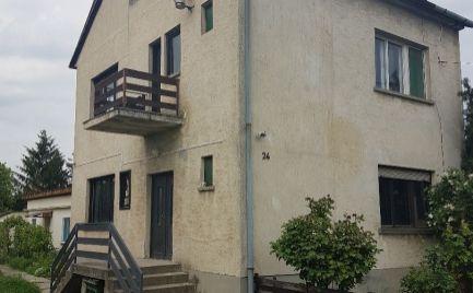 Na predaj v Maďarskej Rajke poschodový dom s krásnym pozemkom a ďalším malým domom a garážou