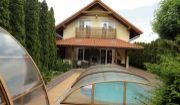Krásny a komfortný 4i RD Lozorno s bazénom, jazierkom, terasou, krbmi, dvojgarážou, krytou jaccuzou a krásne upraveným pozemok!!!