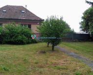 Ponúkame na predaj 2 izbový dom s veľkým pozemkom v obci Baka