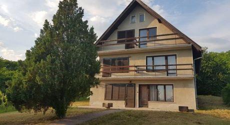 ZNÍŽENÁ CENA - veľká poschodová chata v príjemnom prostredí v Kameníne.