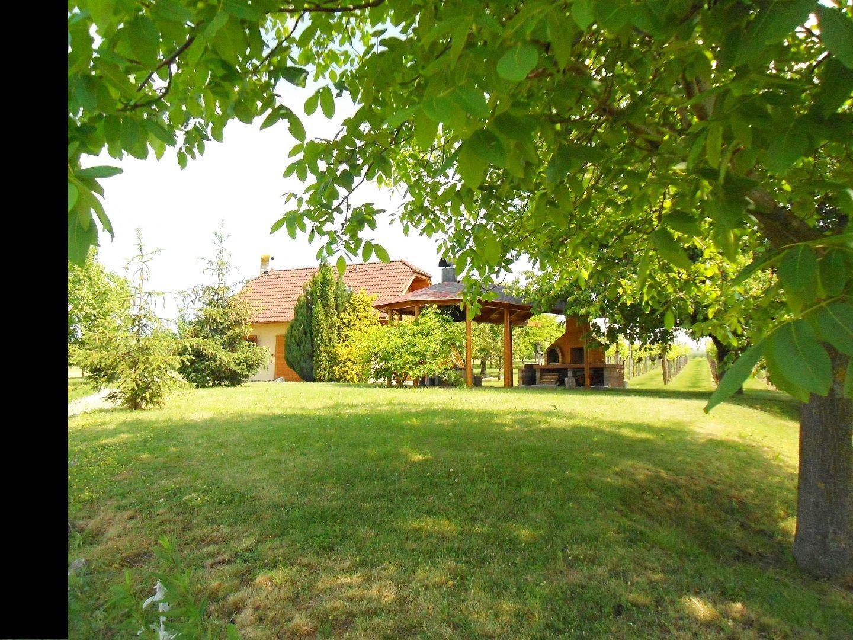 NR - Malý Cetín, chata v záhradkárskej lokalite postavená v r. 1998, vybavenie a zariadenie v cene, 50 ár., 12 km od NR, udržovaná, kamenné pivnice,vi
