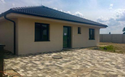 Kvalitný samostatný 4 izbový bungalov v štandarde od 164.900 ,-€ v obci Hviezdoslavov v blízkosti Regiojetu.