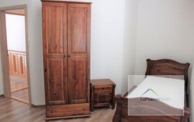 Zrekonštruovaný dom na prenájom pre firmu, 5 samostatných spální, Cabaj