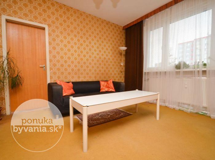 PREDANÉ - BRADÁČOVA, 2-i byt, 55 m2 – možnosť PREROBIŤ NA 3-IZBOVÝ, vybavená lokalita kúsok od centra