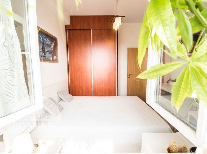 PREDANÉ - RAČIANSKA, 2-i byt, 41 m2 – MINIMÁLNE NÁKLADY, loggia, krásny výhľad, ZARIADENÝ, blízko zelene