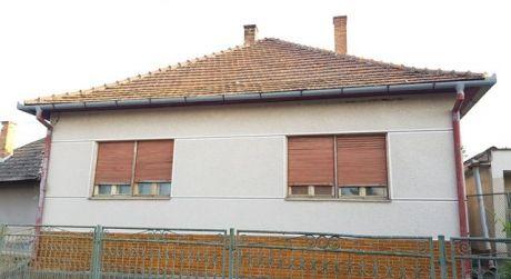 Ponúkame na predaj rodinný dom s pekným pozemkom v obci Veľké Ludince.