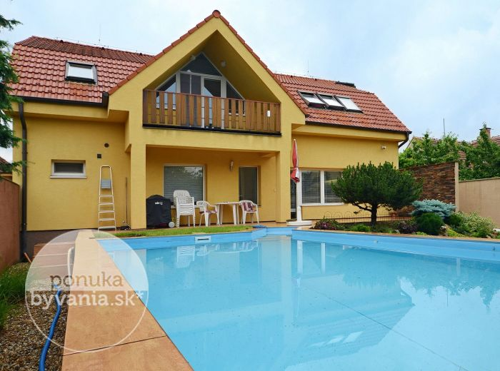 PREDANÉ - ORÁČSKA, 5-i dom, 270 m2 – luxusne veľké izby, pozemok 427 m2, murovaný BAZÉN, klimatizácia