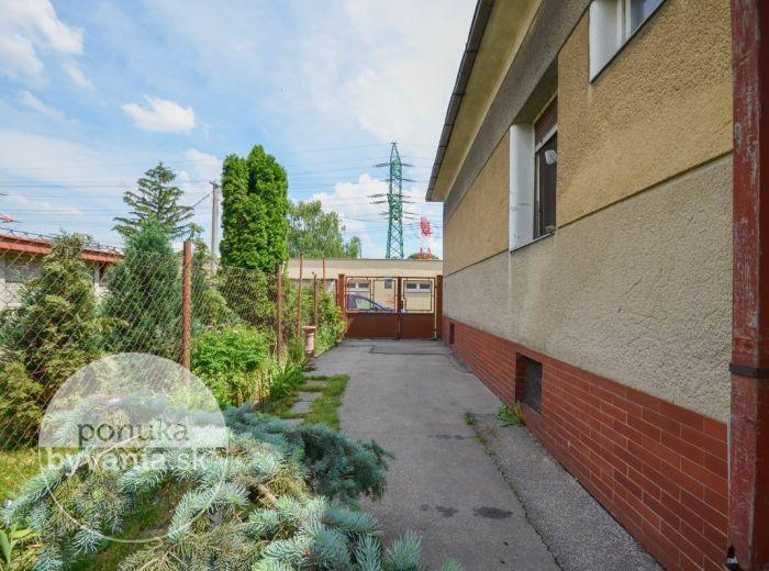 PREDANÉ - TELOCVIČNÁ, 3-i dom, 173 m2 – tehla, pozemok 427 m2, tichá časť mesta BLÍZKO DIAĽNICE