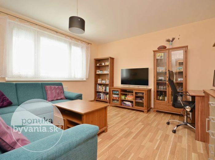 PREDANÉ - HROBÁKOVA, 3-i byt, 64 m2 – KOMPLETNÁ rekonštrukcia, loggia, nepriechodné izby, PRÍJEMNÉ okolie