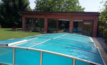 Rodinný dom s plaveckým bazénom a fitness centrom