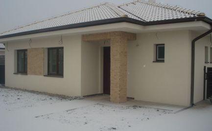 UŽ VO VÝSTAVBE – komfortný 4 izb bungalov v súkromnej uličke v centre obce Lehnice