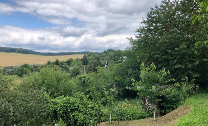 Na predaj pozemok s pekným výhľadom v záhradkárskej oblasti Chrast