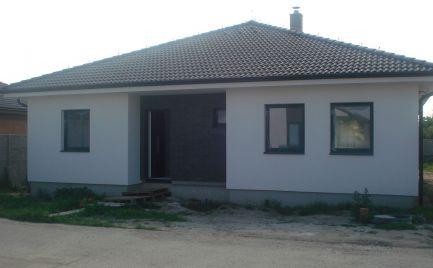 REZERVOVANÝ – komfortný 4 izb bungalov v novej časti obce Lehnice