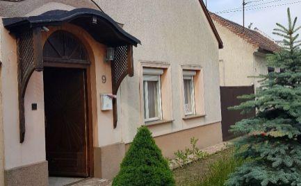 Na predaj štýlový dom v Maďarskej Rajke s priestranným pozemkom.