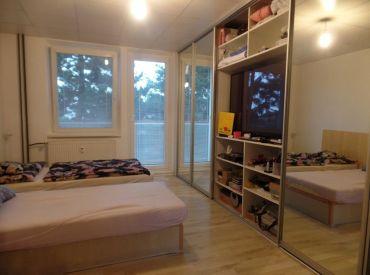 ** Na predaj 3-izbový byt 74 m2 s balkónom + GARÁŽ v osobnom vlastníctve - Nové Mesto n/V **