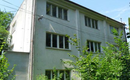 Predám budovu vhodnú na komerčné a bytové využitie v Ivanke pri Nitre.