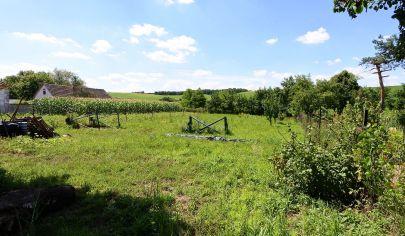 APEX reality - krásny slnečný pozemok s výmerou 620 m2, šírka 16 m v obci Tepličky, všetky IS