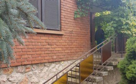 Predáme kvalitný rodinný dom s nádherným 1000m2 pozemkom v Bezenye len 12 km od Bratislavy..