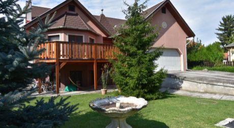 Unikátny dom s jedinečnou užitkovou rozlohou 450 m2, pozemok 1100 m2 - Rajka