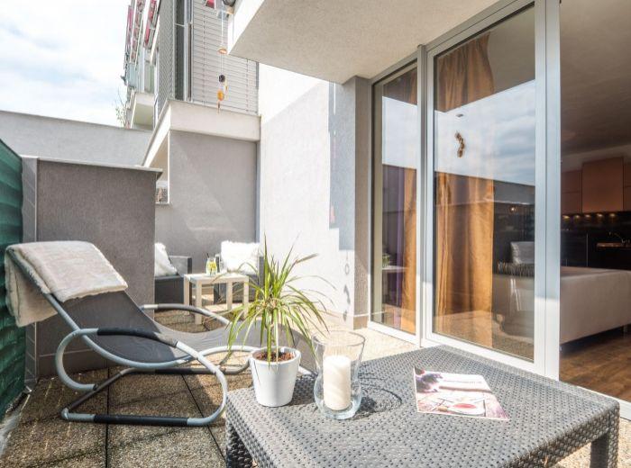 STARÉ GRUNTY, 1-i byt, 54 m2 – NOVOSTAVBA CUBICON, tehla, TERASA, garážové státie, zariadený