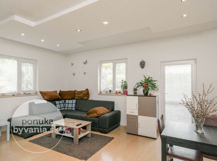 PREDANÉ - MALOBIELSKA, 4-i byt, 105 m2 – DVOJPODLAŽNÝ A ZARIADENÝ BYT v tichej lokalite s VLASTNÝM areálom