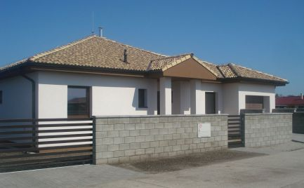 OKAMŽITE VOĹNÝ - Komfortný 4 izb bungalov s garážou v novej časti obce Lehnice
