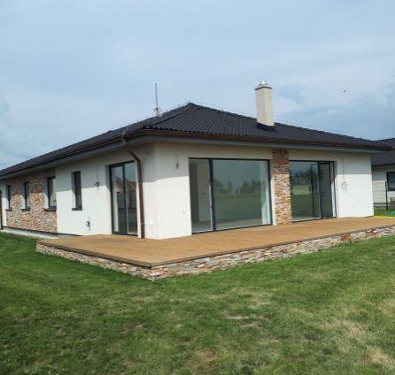 StarBrokers - PREDAJ: Príjemný bungalov s veľkým pozemkom a plážou pri jazere, golfový areál Hrubá Borša