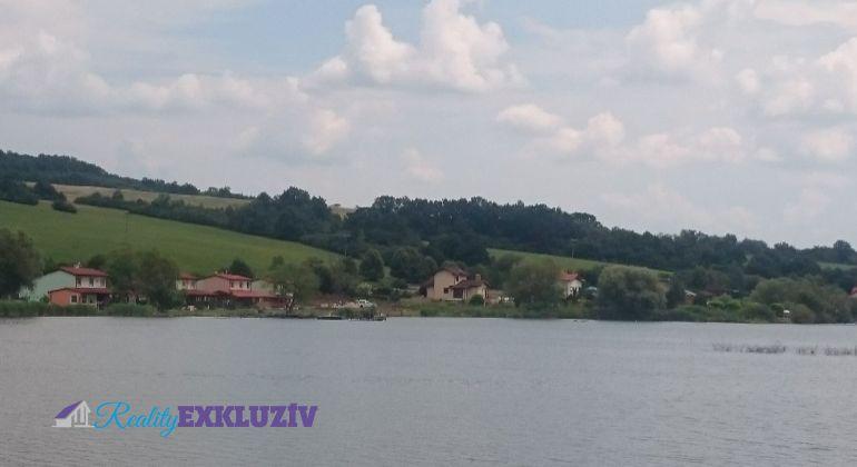 Pri vodnej nádrži Teplý Vrch v obci Budikovany Vás čaká domček vhodný na chatu