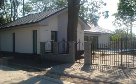 DOKONČENÝ – komfortný 4 izb bungalov v súkromnej a slepej uličke v obci Michal na Ostrove