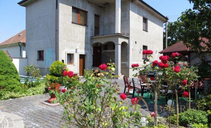 Best Real - predaj  dvoch domov v Lehniciach, vhodné ako viacgeneračné bývanie, prípadne spojenie bývania s podnikaním.