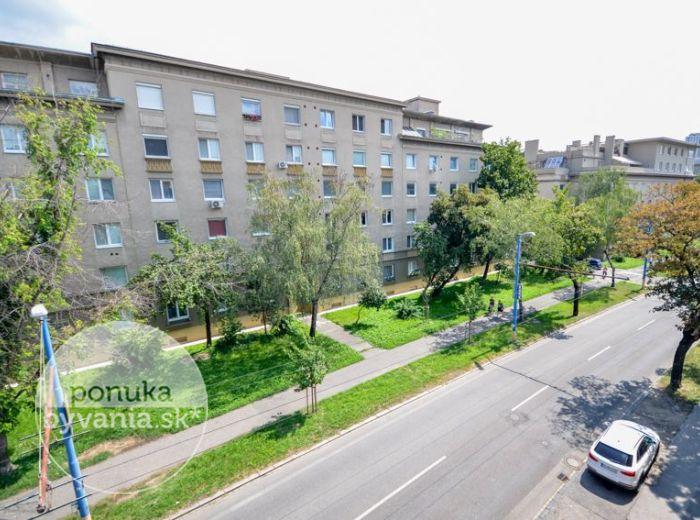 PREDANÉ - MILETIČOVA, 1-i byt, 37 m2 – TEHLA, pivnica, DOBRÁ LOKALITA, možnosť zmeny na 2-i byt